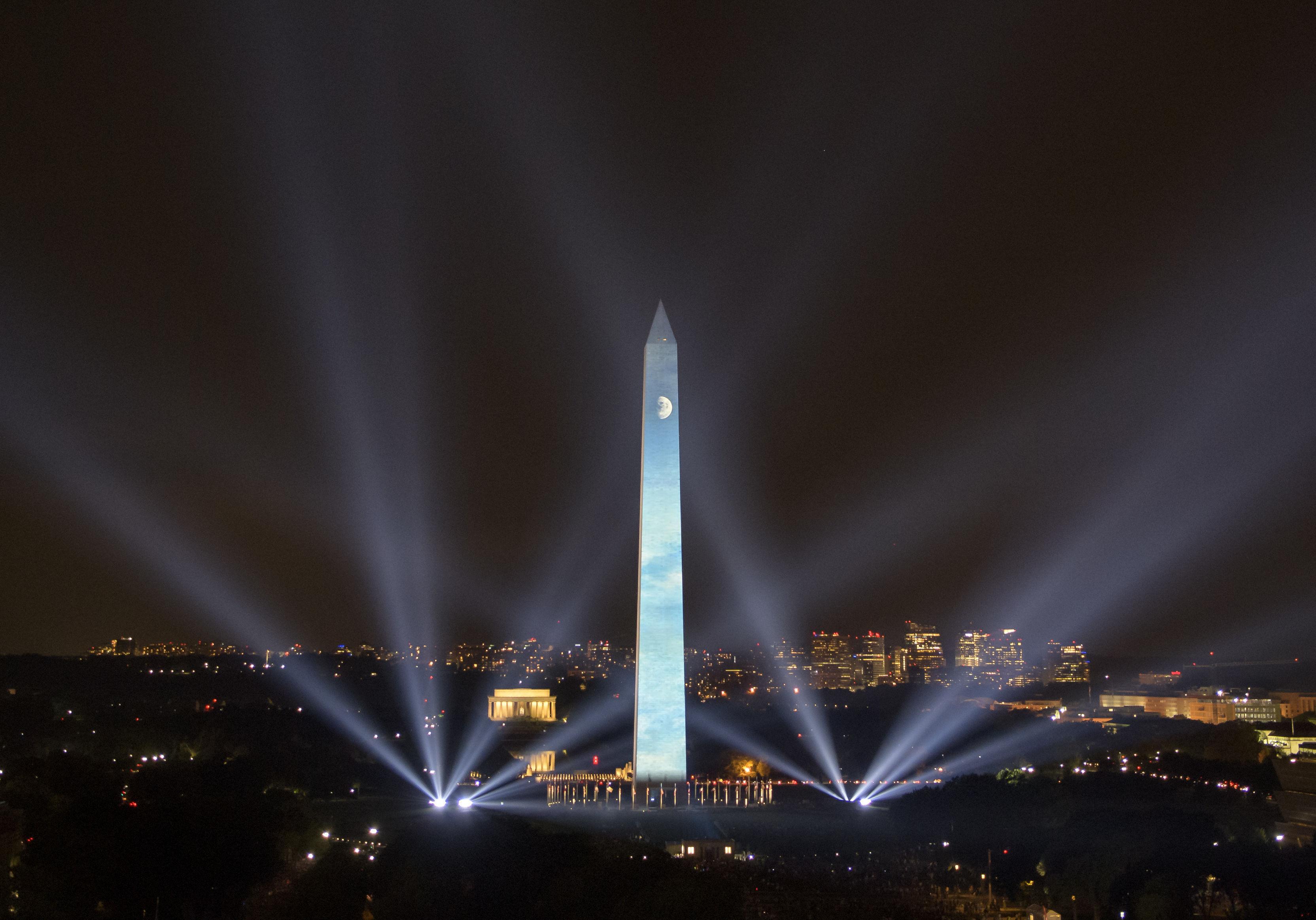 динамічне зовнішнє освітлення архітектурних об'єктів за допомогою прожекторів