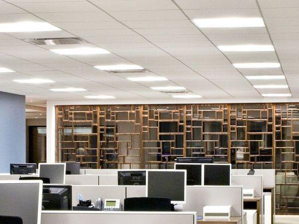 LED панели на потолке армстронг в офисе