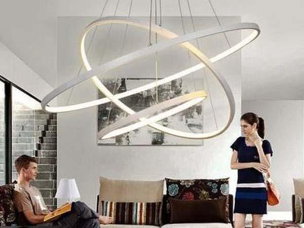 пример люстры со встроенными светодиодами в интерьере