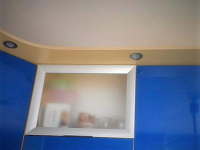 точечные светильники встроенные в кухонные шкафчики
