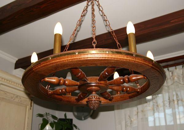 Деревянная люстра в форме колеса